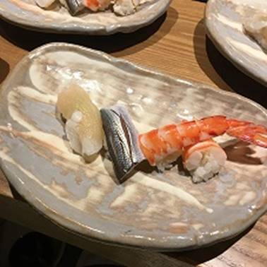 テーブル, 食品, 皿, 座る が含まれている画像</p> <p>自動的に生成された説明